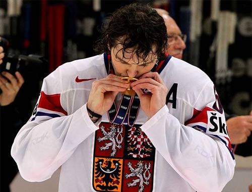 Jagr with gld medal at 2010 IIHC world champs